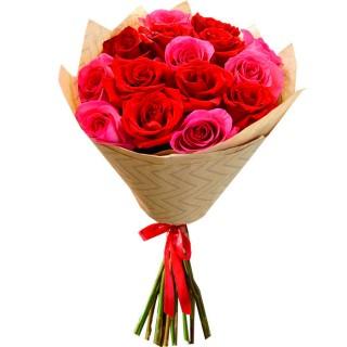 Букет Красные и розовые розы в крафте 15 шт